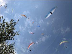 Parapendio in volo nei cieli del Veneto