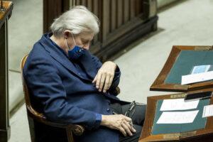 Vittorio Sgarbi, annoiato dal discorso di Conte alla Camera
